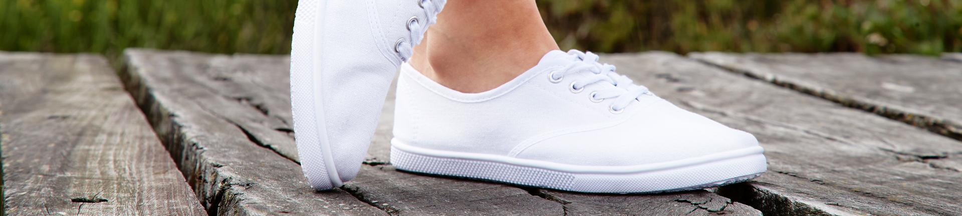 Limpando o tênis de cor branca
